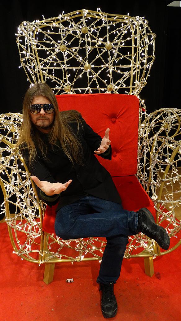 Peter på nyårsafton 2014, besöker Nordstan och den magnifika stolen som visas   upp för allmän beskådning!   Snart är det jag som sitter på tronen - med eller utan miljonen! *L*   Foto: Charlie Källberg