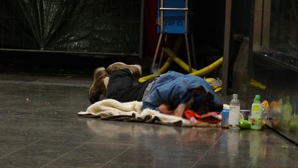 Nu får de hemlösa en egen melodifestival. Dock är festivalen öppen för alla som vill uppmärksamma hemlösheten. Personen på bilden har inget med festivalen att   göra. Foto: Peter Ahlborg