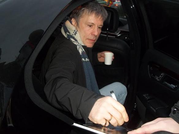 Iron Maidens sångare och de andra medlemmarna i gruppen har alltid ställt upp för sina fans, trots att de är världs berömda. Här skriver Bruce autograf till ett fans i samband med Mediedagarna. Foto: Peter Ahlborg