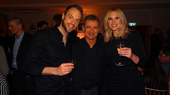 Robin Paulsson, Christer Björkman och Sanna Nielsen höjer champagneglasen med en skål. Foto: Peter Ahlborg