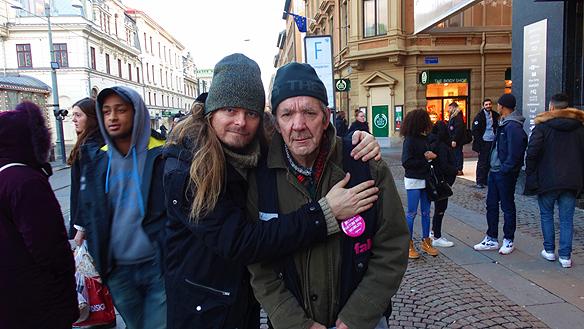 Peter Ahlborg tillsammans med Faktumförsäljaren Bosse Grill. Han är en av Sveriges genom tiderna   främsta gatuförsäljare. Det var inte ovanligt med 40 000 kr i intäkter på en dag och 70 procent i vinst   under 70- och 80-talet.