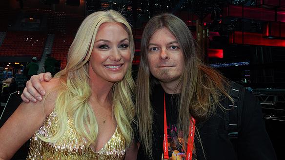 Peter Ahlborg intervjuar Jessica Andersson strax efter hon gått direkt till final i Melodifestivalen.