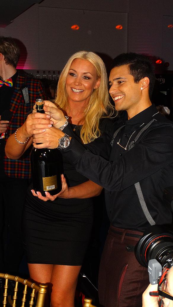 Eric Saade och Jessica på efterfesten strax innan champagnen börjar flöda! Foto: Peter Ahlborg