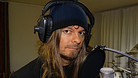 Peter är i studion i Skövde och spelar in tre låtar till sin kommande EP. Foto: Mr Mojjo