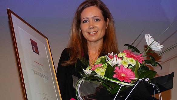 En glad Henriette Zeuchner vinnare av MegAward  2015. Prissumman är 50 000 kronor. Foto: Peter Ahlborg