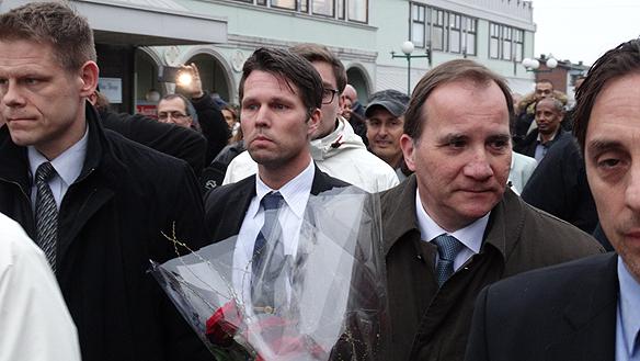 Bildtext Stefan Löfven besöker Biskopsgården och Vårväderstorget där två män mördades. Foto: Peter Ahlborg