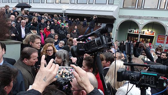 Stefan Löfven möttes av ett stort pressuppbåd och många intresserade människor när han besökte Vårväderstorget i Göteborg fredagen den 20 mars 2015. Foto: Peter  Ahlborg