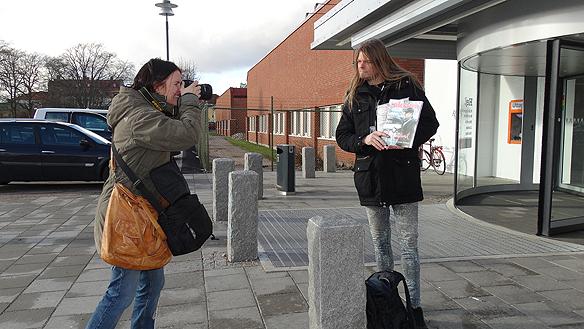Reportern och fotografen Kajsa Wedberg från tidningen Hem & Hyra tar några bilder på Peter när han säljer Tidningen Faktum.