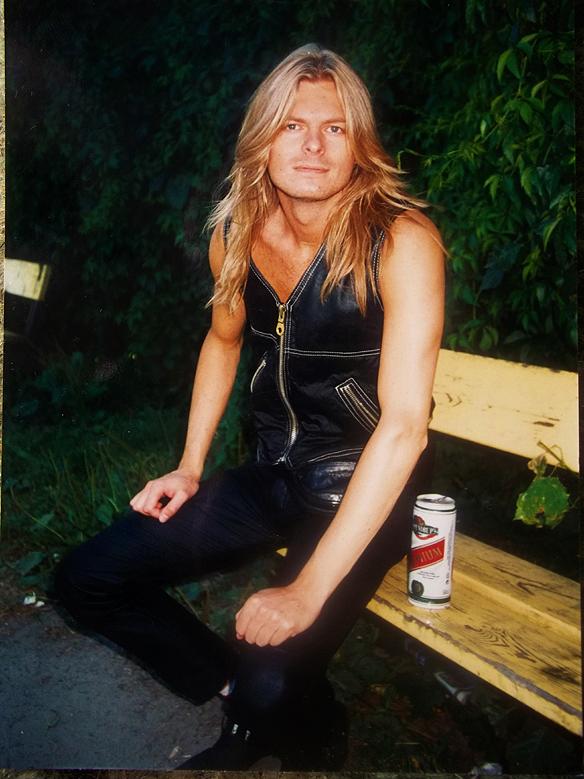 Peter Ahlborg på en parkbänk i   Norrköping runt 1995, när han ägnade sitt liv åt   att dricka alkohol i stor skala.
