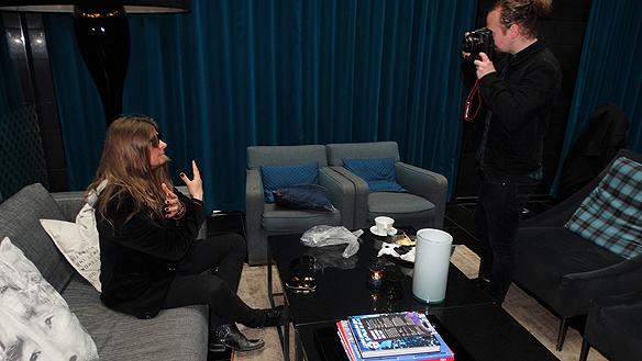 Peter Ahlborg blir fotograferad i den lyxiga  atmosvären i Livingroom på Posthotellet i  Göteborg av fotografen Kristian A Söderström.  Foto: Privat