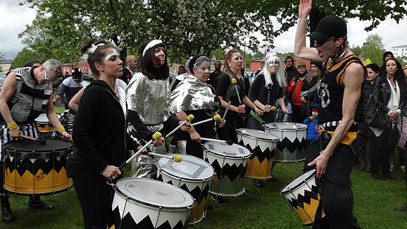 De många trummslagarnas rytmer gjorde karnevalen kraftfull. Foto: Peter Ahlborg