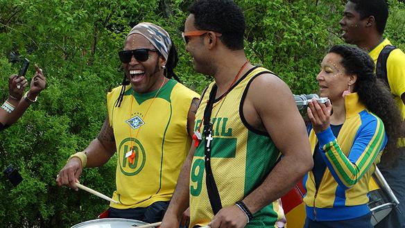 00 Många glada människor på karnevalen. Foto: Peter Ahlb
