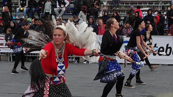 Erica framför dansen Manongu under Hammarkullekarnevalen 2015. Dansen kommer från Sukumaland i Tanzania. Foto: Peter Ahlborg