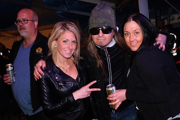 Peter Ahlborg tillsammans med några trevliga tjejer han mötte under stadens festligheter. Foto Charlie Källberg
