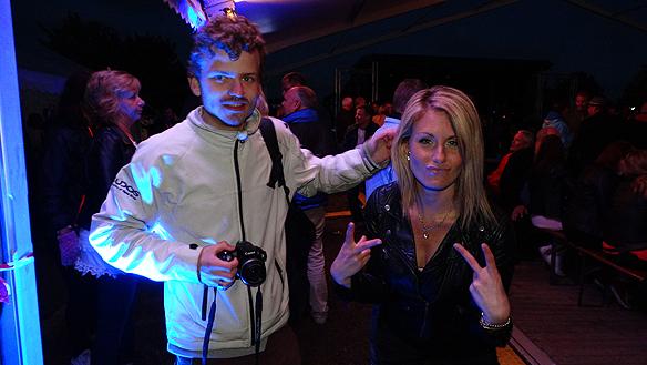 Charlie Källberg min vän tillsammans med trevlig tjej under festligheterna i Vänersborg. Charlie fotograferar allt som händer under kvällen. Foto: Peter Ahlborg