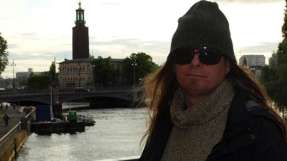 Peter Ahborg hade premiär på sin gatuturné runt Sverige i går i Stockholm den 16 juni 2015. Målet är att besöka 25 städer och marknadsföra min kommande EP och   uppmärksamma hemlösheten och bostadsbristen, säger Peter.