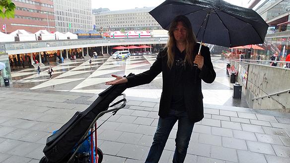 Den dåliga sommaren med mycket regn har gjort sig påmind allt för ofta. Här är Peter Ahlborg framför Sergels Torg i Stockholm dagen innan midsommarafton 2015.