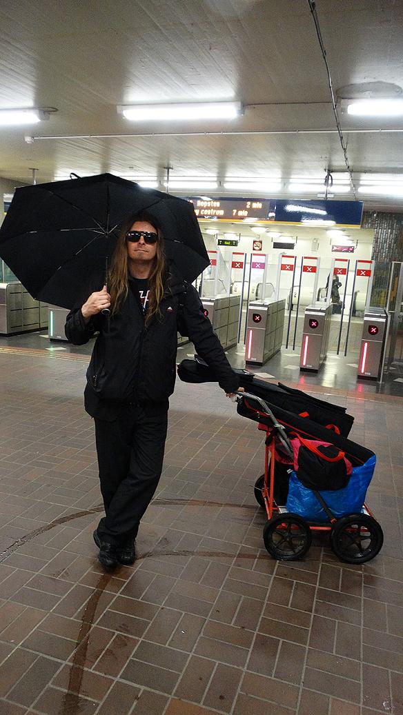 Det har regnat så mycket i sommar så man lätt går in med paraplyt inomhus, säger Peter Ahlborg skämtsamt. Här syns Peter och sin kära dragvagn som trotsar vädrets  makter - i tunnelbanestationen Zinkensdamm i Stockholm under midsommarhelgen 2015.