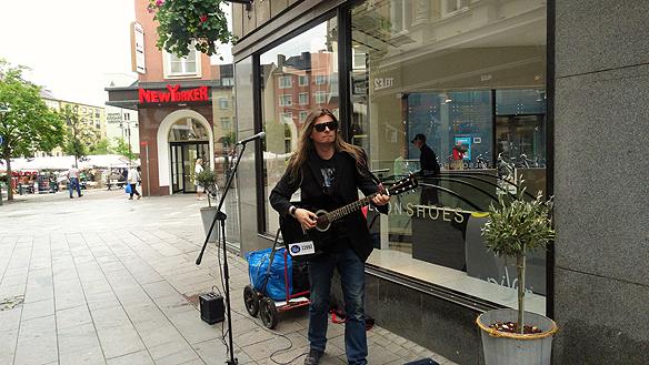 Peter Ahlborg fick förfrågan om att spela på bröllop när han besökte Linköping under sin gatuturné runt Sverige.