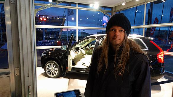 """Peter Ahlborg drömmer sig bort från det kalla vädret genom att se den nya lyxiga Volvo XC 90 som presenterades under Volvo Ocean Race i Göteborg 2015. """"Den bilen  ska jag ha när framgången kommer, säger han!"""""""