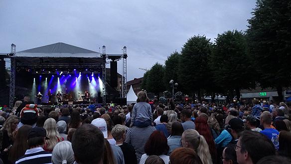 """Människor vallfärdade till Måns Zelmerlöws uppträdande under Fallens dagar. Runt 20 000 - 25 000 människor slöt upp för att höra Måns sjunga sin hitlåt """"Heroes"""".  Foto: Peter Ahlborg"""