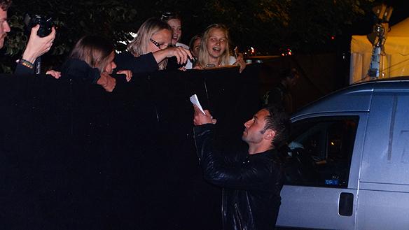 Måns skriver autografer till sina lyckliga fans innanför avspärrningarna till backstage området. Foto: Peter Ahlborg