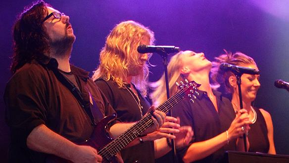 Tommy Denander spelar på Fallens dagar 2015 och drar av ett känsloladdat gitarr solo. Foto: Peter Ahlborg