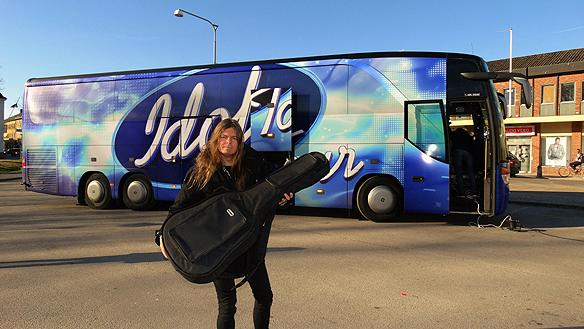 """Peter Ahlborg framför Idol-bussen i Åmål där han spelade upp sin låt """"Rockstjärna"""" för Idol-juryn Anders Bagge och Molly Sandén."""
