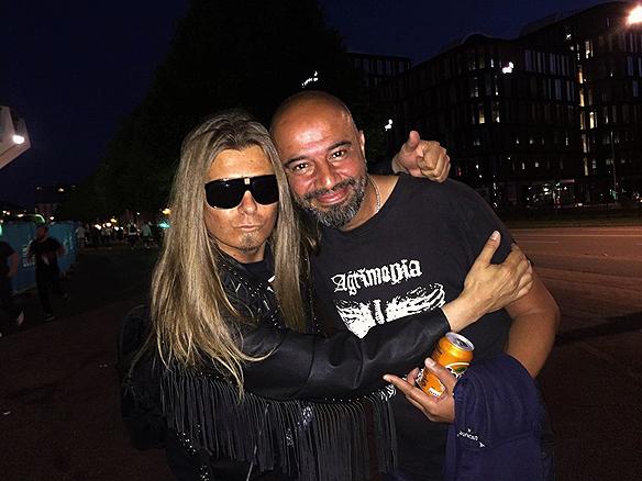 Peter Ahlborg träffar på sin musikervän Masoud Vatankhah strax innan Metallica konserten. Foto: Charlie Källberg