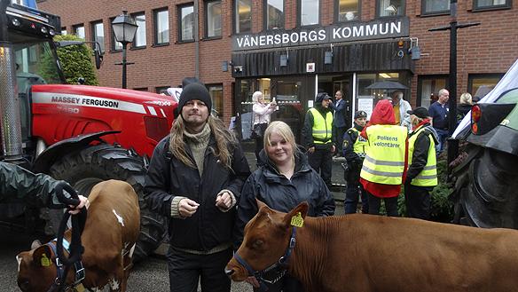 Peter Ahlborg bevakar utvecklingen för Lantbruksskolan Nuntorps överlevnad som ska beslutas av regionfullmäktige under dagen. Här tillsammans med demonstranten Jennifer Andersson.