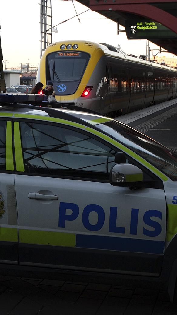 300 ensamkommande flyktingbarn kom till Göteborgs central station på ett dygn lördagen den 24 oktober 2015, berättar socialjouren för Peter Ahlborg när han pratar med dem. Foto: Peter Ahlborg
