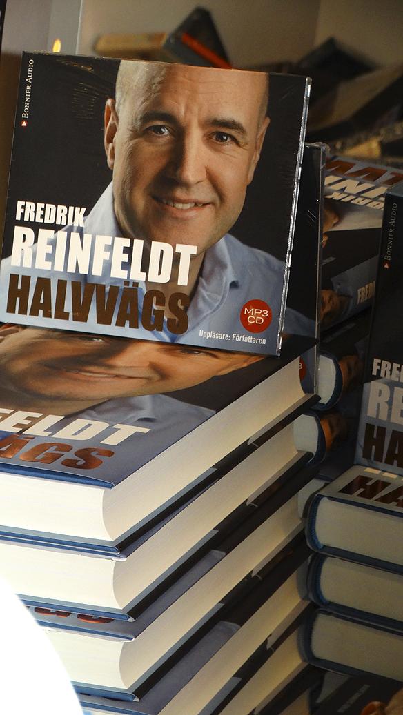 """Fredrik Reinfeldts nya bok: """"Halvvägs"""". Reinfeld behöver inte skriva djupt om sitt liv - boken säljer ändå i stora upplagor. Foto: Peter Ahlborg"""