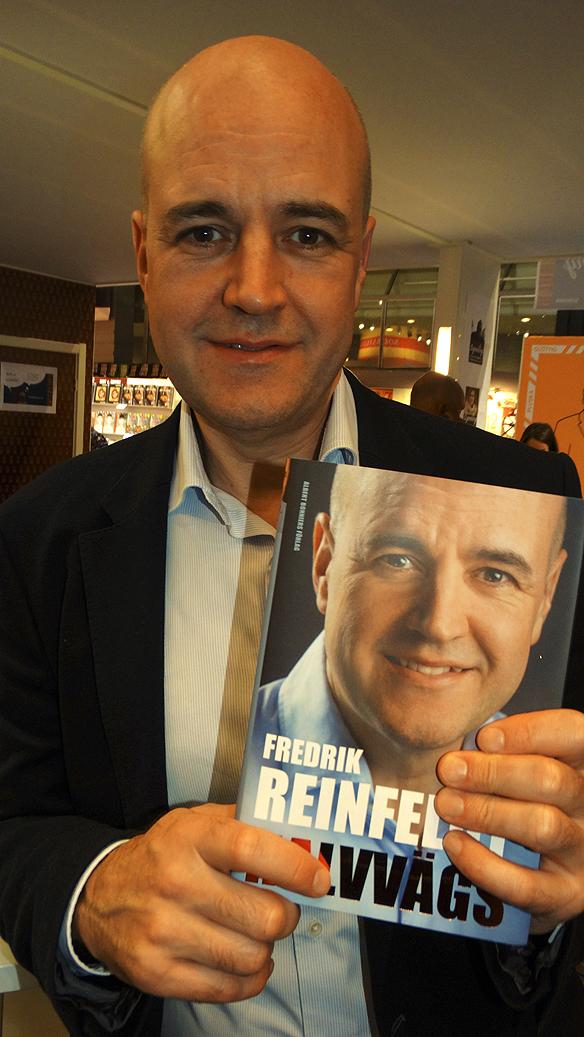 """Peter Ahlborg tar en porträtt bild på förre statsministern Fredrik Reinfeldt när han poserar med sin nya bok: """"Halvvägs"""". Bilden är tagen på Bomässan i Göteborg lördagen den 26 september 2015. Foto: Peter Ahlborg"""