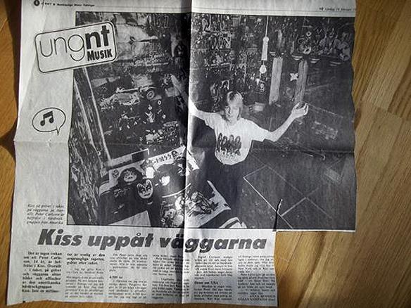 Peter Ahlborg visar upp sitt Kiss-rum när han var 14 år, 1983, i Norrköpings tidningar. Då betydde Kiss allt i livet. - Jag vaknade med Kiss, drömde om Kiss och levde för Kiss. Nu får min dotter Josefine chansen att se Kiss live för första gången så hon förstår hur mycket Kiss har betytt i mitt liv, säger Peter Ahlborg.