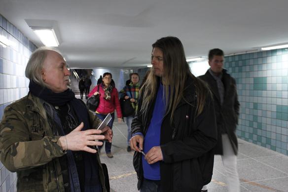 """Det blir många möten med människor under en dag när man """"spelar på gatan"""" förklarar Peter Ahlborg. Här står han och diskuterar sina låtar med Alexander som han träffade i Gamla Stans tunnelbanestation. Foto: Hasse Sukis"""