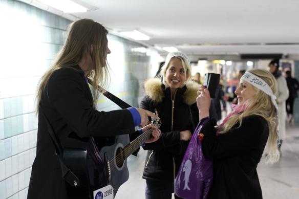 """""""Jag får många förfrågningar och förlag av människor som kommer förbi när man spelar i tunnelbanan, säger Peter Ahlborg. Jag ställer alltid upp på allt och tycker det är jätte kul, säger han"""". Här filmar en tjej Peter medan han pratar in en hälsning till en tjej """"Jossan"""" som fyller 30 år denna dag den 10 oktober 2015. Foto: Hasse Sukis"""