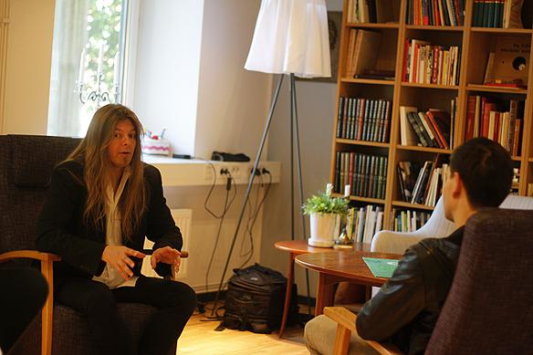 Peter Hoffström från Västerås Tidning intervjuar Peter Ahlborg inför föreläsningen på ABF i Västerås. Foto: Hasse Sukis