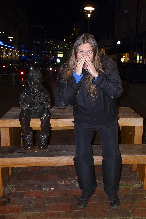 Efter en väl genomförd föreläsning tidigare på dagen den 9 oktober 2015 så blev det en nattpromenad i staden. Härär jag Peter Ahlborg framför Skrapan i Västerås. Foto: Hasse Sukis