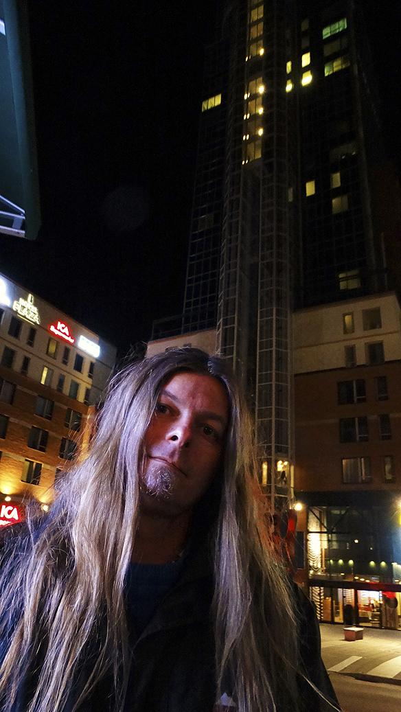 Efter en väl genomförd föreläsning tidigare på dagen den 9 oktober 2015 så blev det en nattpromenad i staden. Här är jag Peter Ahlborg framför Skrapan i Västerås! Foto: Hasse Sukis