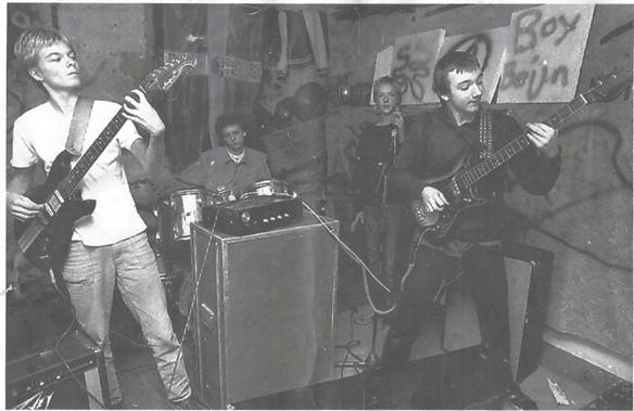 """Bandet Boy Beijn tränar i en oerhört stökig rivningskåk """"Slottet"""" korsningen Slottsgatan/Kungsgatan i Norrköping någon gång i början av 1983. Här fick vi utlopp för vår musik. Vi gav järnet. Från höger Peter Lindahl, Kent Kronqvist, en oerhört skicklig trummis som jag inte just nu kommer på namnet på, samt jag själv Peter Ahlborg, då Carlsson i efternamn. Det var här vara drömmar om musiken föddes! Foto: Folkbladet"""