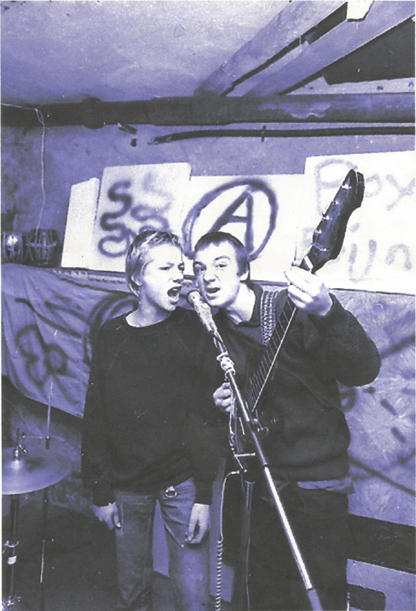 Mina bästa vänner under ungdomstiden. Tillsammans spelade vi i flera punkband under 80-talet. Här är Peter Lindahl på bas och Kent Kronqvist på sång när vi repar i Norrköpings ockuperade rivningskåkar. Dessvärre dog min gode vän Kent Kronqvist under 2014. Ett oerhört smärtsamt telefonsamtal meddelade mig detta. Så tragiskt tråkigt att höra. Jag har sorg i mitt hjärta! Foto: Folkbladet