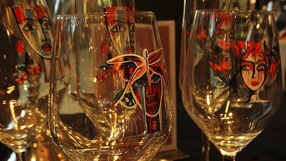 """Carolina Gynning har eget varumärke, """"Carolina Gynning"""". Här är en bild på hennes egendesignade glas som hon sålde under besöket i Trollhättan. Foto: Peter Ahlborg"""