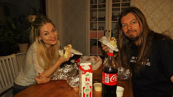 Peter Ahlborg tillsammans med sin dotter Josefine Ahlborg, tillsammans festar de på goa kebaber. Foto: Helli