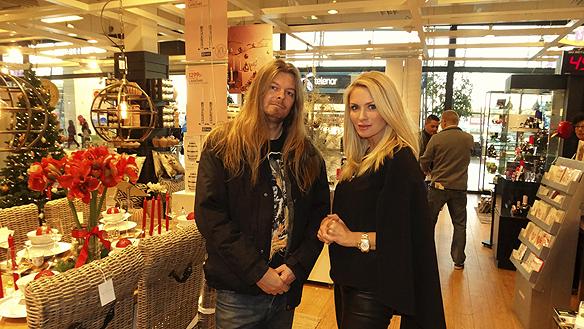 Peter Ahlborg träffar Carolina Gynning när hon besöker affären Cervera i Trollhättan den 23 oktober 2015 för att signera sina nya egen designade glas.