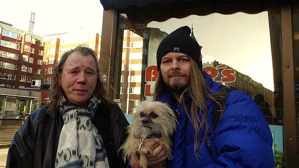 Peter Ahlborg träffar på sin vän Faktum försäljaren Kalju utanför Faktum-kontoret den 12 november 2015. Vovven Fia är också med.
