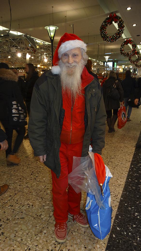 Rune 93 år dansar på ett ben i Nordstan under julen 2015 i Göteborg. Foto: Peter Ahlborg