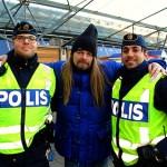 Peter Ahlborg ger en varm kram till polisen