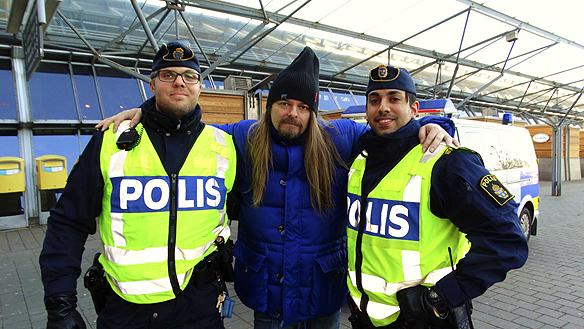 Peter Ahlborg tillsammans med två poliser som han träffar den 1 december 2015 på centralstationen i Göteborg. - Jag går fram och ger polisen beröm så ofta jag kan. De är verkligen värda en stor eloge, då polisen har ett hårt jobb och små resurser i dagens allt mer hårda samhälle. Jag önskar jag får chansen att hålla föredrag hos polisen och träffa rikspolischefen Dan Eliasson, så jag kan berätta om mitt liv och mina bästa råd, säger Peter Ahlborg.