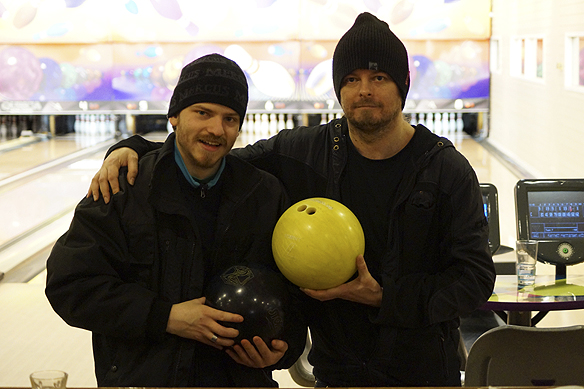 Charlie Källberg och Peter Ahlborg tillsammans på Lundby Stadiumbowl. -Jag saknar att spela bowling, säger Peter Ahlborg. Foto: Kevin Karlsson