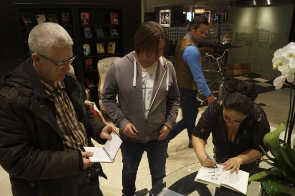 Anna Book skriver autografer så det står härliga till igår den 3 februari på Elite Plaza hotel i Göteborg. Foto: Peter Ahlborg